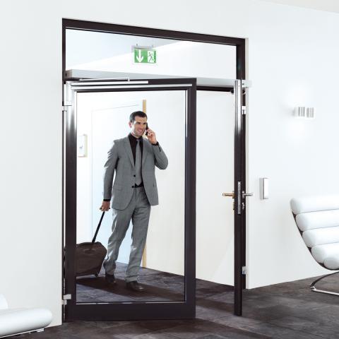 Автоматический привод распашных дверей DORMA ED-100 в аэропорте